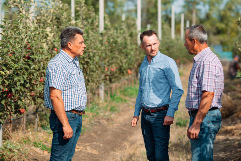 Генеральный директор ГК «Аграрный Донбасс» встретился с рабочим коллективом суперинтенсивного яблоневого сада